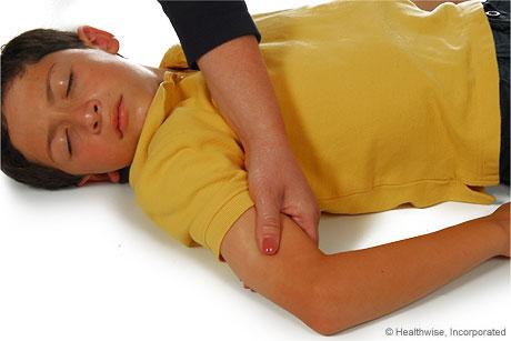 Cómo sostener el brazo cerca del sitio de la inyección