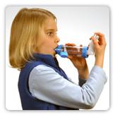 Foto de una mujer joven usando un inhalador de asma