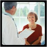 Mujer reuniéndose con un médico