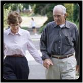 Imagen de un hombre y una mujer caminando tomados de la mano