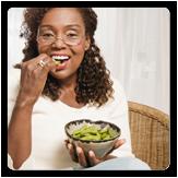 Imagen de una mujer sosteniendo un plato de comida