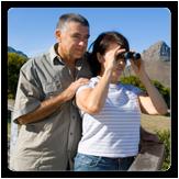Hombre con mujer mirando por binoculares