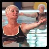Foto de una mujer haciendo ejercicio aeróbico en una piscina