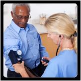 Imagen de un hombre haciendo que le revisen la presión arterial