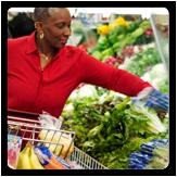 Foto de una mujer comprando verduras frescas