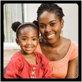 Foto de una mujer sosteniendo a su hija