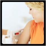 Imagen de una mujer vacunándose en el brazo derecho