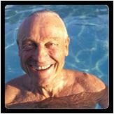 Foto de un hombre mayor en una piscina