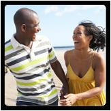Un hombre y una mujer caminando en la playa