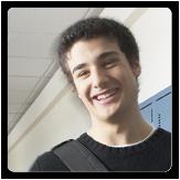 Foto de un niño adolescente en un pasillo del colegio