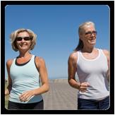 Imagen de dos mujeres corriendo afuera