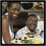 Imagen de una madre y su hijo comiendo alimentos sanos